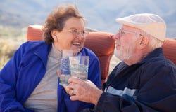 det vuxna paret dricker den lyckliga pensionären arkivfoton