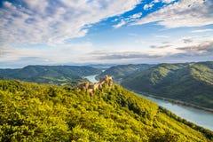 Det Wachau landskapet med slotten fördärvar och Danube River på solnedgången, Österrike Royaltyfria Foton