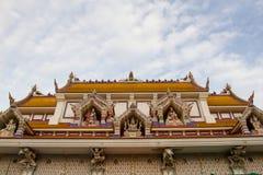 Det Wat Pariwat Temple taket visade himmelkungariket med många gudstatistik Royaltyfri Bild