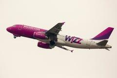 Det Wizz Air flygplanet tar av Fotografering för Bildbyråer