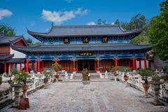 Det Wood huset Lijiang, Yunnan föreslogg lagtemplet Arkivbilder