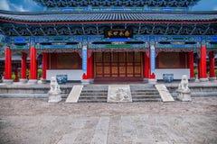 Det Wood huset Lijiang, Yunnan föreslogg lagtemplet Arkivfoton