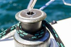 Det yachtvinschen och repet Arkivfoton