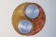 Det Ying yang symbolet gjorde av olika metallmaterial royaltyfri fotografi