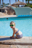 Det Yound barnet sitter på simbassäng Royaltyfri Bild
