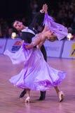 Det yrkesmässiga vuxna dansparet utför europeiskt program för ungdomnormal på den baltiska tusen dollar för WDSF royaltyfri foto