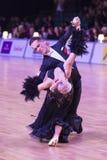 Det yrkesmässiga vuxna dansparet utför europeiskt program för ungdomnormal på den baltiska tusen dollar för WDSF royaltyfri bild