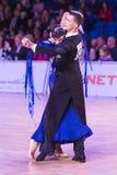 Det yrkesmässiga vuxna dansparet utför europeiskt program för ungdomnormal på den baltiska tusen dollar för WDSF arkivbild