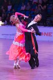 Det yrkesm?ssiga vuxna dansparet utf?r europeiskt program f?r ungdomnormal p? WDSFEN baltiska Grand Prix arkivbild