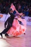 Det yrkesm?ssiga vuxna dansparet utf?r europeiskt program f?r ungdomnormal p? WDSFEN baltiska Grand Prix royaltyfri foto