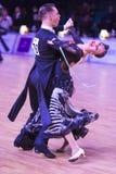 Det yrkesm?ssiga vuxna dansparet utf?r europeiskt program f?r ungdomnormal p? WDSFEN baltiska Grand Prix royaltyfria bilder