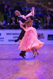 Det yrkesm?ssiga vuxna dansparet utf?r europeiskt program f?r ungdomnormal p? WDSFEN baltiska Grand Prix royaltyfri bild