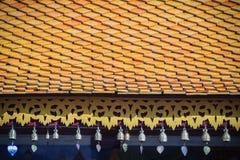 Deta de las tejas y de los aleros del tejado del templo tailandés septentrional hermoso del estilo fotos de archivo libres de regalías