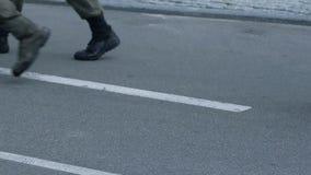 Detachement van militairen die op parade, politieagenten marcheren die stad, veiligheid patroling stock footage