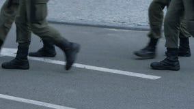 Detachement van nationale wachten die weg, beschermingsmassa het verzamelen kruisen zich van mensen stock footage