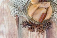 Detail über ein Birnen-Kompott auf Holztisch mit Stern-Anis lizenzfreie stockfotos