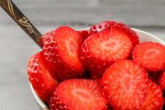Detail über Erdbeeren schnitt in Kreise, im weißen keramischen Schüsselesprit lizenzfreies stockfoto