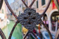 Detail über Geländerverzierung in Venedig mit unscharfem Kanal und altes Lizenzfreies Stockfoto