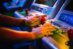 Detail über Hände mit Arcade Joystick Playing Old Arcade-Spiel stockfotografie