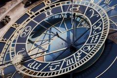 Historiska astronomical tar tid på i den gammala townen kvadrerar i Prague Royaltyfri Foto