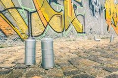 Detail der Aerosolspraydose an den bunten Graffiti auf Wand Stockbilder