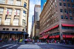 Detail der 5. Allee in Manhattan, New York eins der Hauptleitung Stockfotos