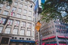 Detail der 5. Allee in Manhattan, New York eins der Hauptleitung Lizenzfreie Stockfotos