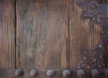 Detail der alten hölzernen Planke und des dekorativen Metalls Stockfotografie
