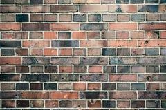 Detail der alten und verwitterten grungy roten und grauen Backsteinmauer markiert durch die lange Aussetzung zum Elementoberfläch lizenzfreie stockfotos