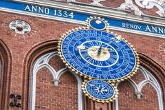 Detail der astronomischen Uhr auf dem Haus von Mitessern, Riga, L Stockbild