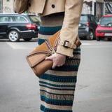 Detail der Ausstattung einer Frau außerhalb Armani-Modeschauen, die für Milan Womens Mode-Woche 2014 errichten Stockfotos