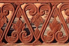 Detail der Balustrade des roten Sandsteins, Rajasthan, Indien Lizenzfreie Stockfotografie