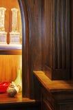 Detail der dunklen hölzernen Möbel. Küche. Lizenzfreie Stockfotos
