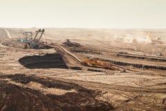 Detail der extraktiven Maschinen in der Tagebaugrube stockfotografie
