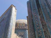 Detail der Extremität der alten religiösen Gebäude und der Haube der verzierten Keramik des Farbblaus in der Stadt von Samarkand Stockfoto