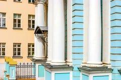 Detail der Fassade der blauen Kirche mit weißen Säulen in Russland Stockbilder