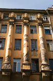 Detail der Fassade des Hauses mit Ionenspalten Stockbilder