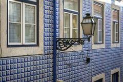 Detail der Fassade eines Altbaus mit Portugiesen deckt Azulejo und einen Laternenpfahl in der Alfama-Nachbarschaft in Lissabon mi lizenzfreie stockbilder