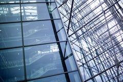 Detail der Fassade eines modernen Gebäudes, des Glases und des Metalls Stockbild