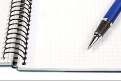 Detail der Feder und des unbelegten Notizbuchblattes Stockfotografie