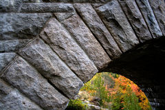 Detail der gewölbten Steinbrücke am Acadia-Nationalpark Stockfotos