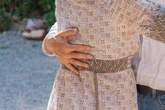 Detail der Hände eines Tanzenpaares Stockbilder