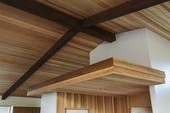 Detail der hölzernen Balkendecke in einem modernen Hauseingang Lizenzfreie Stockbilder
