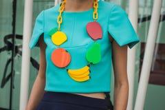 Detail der Halskette außerhalb Jil Sander-Modeschauen, die für Milan Womens Mode-Woche 2014 errichten Stockfoto