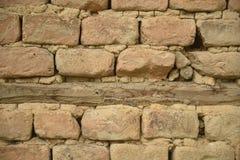 Detail der handgefertigten Lehmziegelmauer Stockbild