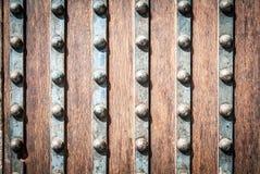 Detail der Holz- und Metalltür mit Nieten. Lizenzfreie Stockfotografie