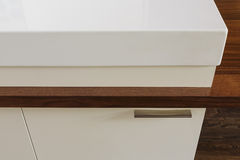 Detail der Küchenarbeitsplatte anschließend an Speisetisch in modernem h Lizenzfreies Stockfoto