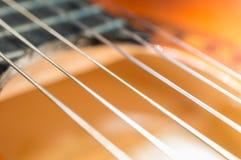 Detail der klassischen Akustikgitarre mit flachem DOF und Unschärfe Stockfotos