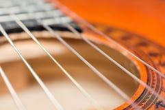 Detail der klassischen Akustikgitarre mit flachem DOF und Unschärfe Lizenzfreie Stockfotografie
