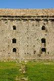 Detail der kleinen Fenster auf einer Wand eines alten Schlosses Rozafa, Shkoder, Albanien stockfoto